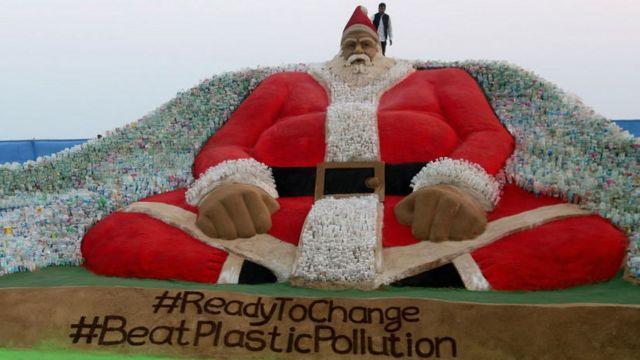 Le plus grand Père noël en sable jamais construit. Il est fait de sable et de bouteilles en plastique. L'artiste Sudarshan Pattnaik qui travaille avec le sable, l'a créé pour attirer les visiteurs à la Baie du Bengal. Il en a profité pour passer un message pour la protection de l'environnement.