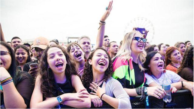 Mujeres disfrutan un espectáculo