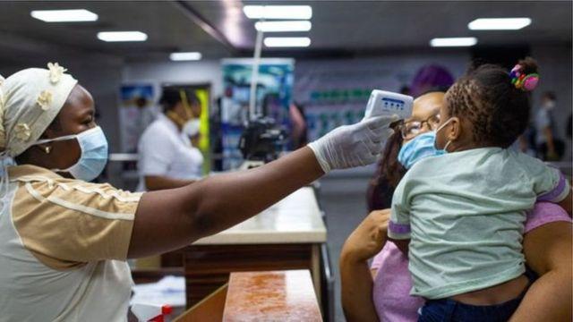 Dans plusieurs pays d'Afrique, des dispositions sont prises pour prévenir la contamination