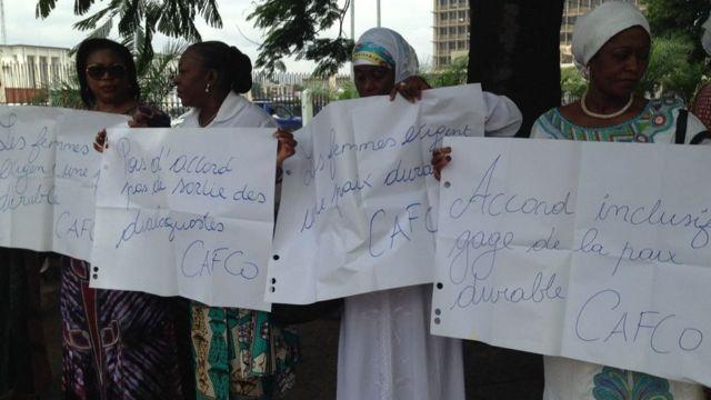 """Elles exigent un accord en brandissant des pancartes où on peut lire """"Pas d'accord, pas de sortie des dialoguistes"""", """"Accord inclusif, gage de la paix""""."""