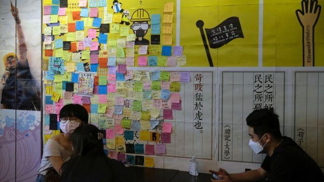 五一黃金週期間一家香港「黃店」內的顧客(1/5/2020)