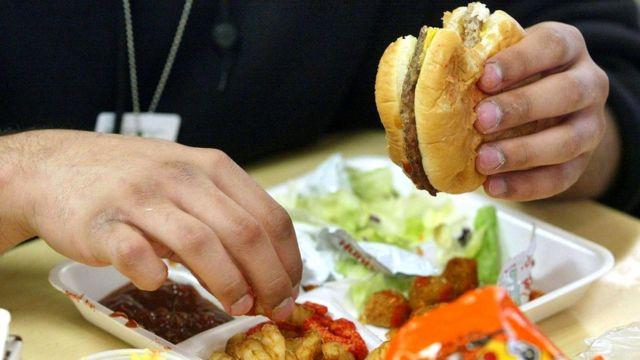 В наши дни трудно избежать высококалорийной пищи