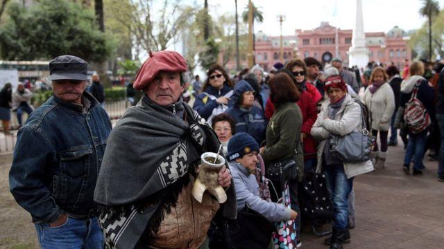 Largas filas en la Plaza de Mayo en Buenos Aires