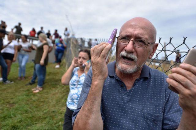 Los residentes se han congregado en torno a torres de telefonía móvil en funcionamiento para llamar a sus familias en el exterior