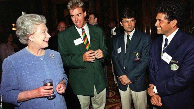 1999: వన్డే ప్రపంచకప్ సందర్భంగా ఇంగ్లాండ్లోని బ్రిస్టల్లో సచిన్తో మాట్లాడుతున్న బ్రిటన్ రాణి