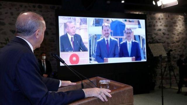 از چپ اردوغان، رئیسجمهور ترکیه، برات البیرق وزیر اقتصاد و فاتح دونمز وزیر انرژی در نشست مجازی اعلام خبر کشف میدان گازی