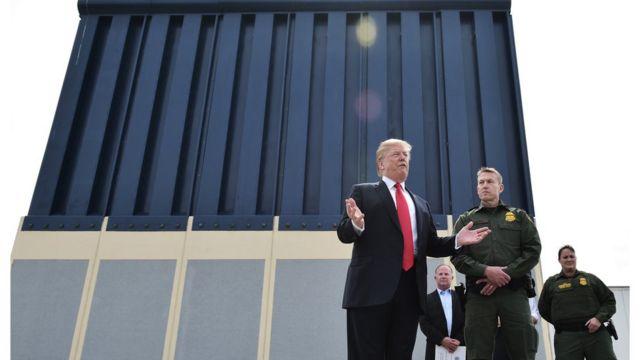 Donald Trump inspeccionando un prototipo del muro que quiere construir.