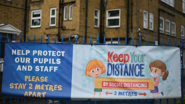 İngiltere'deki okullarda velileri uyaran yazılar asıldı.