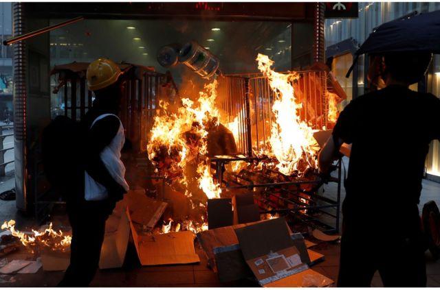 有示威者被指星期日下午開始在中環地鐵站口縱火。