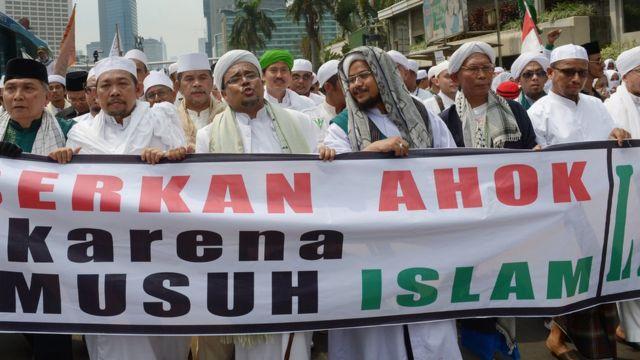 Ketua Front Pembela Islam (FPI) Muhammad Rizieq Shihab di antara massa yang berbaris menuju Gedung DPR pada sebuah protes anti-Ahok di Jakarta, 10 November 2014.