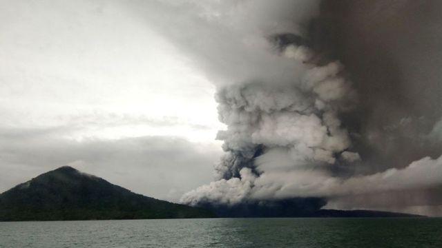 Erupción en el volcán Krakatoa el 26 de diciembre.