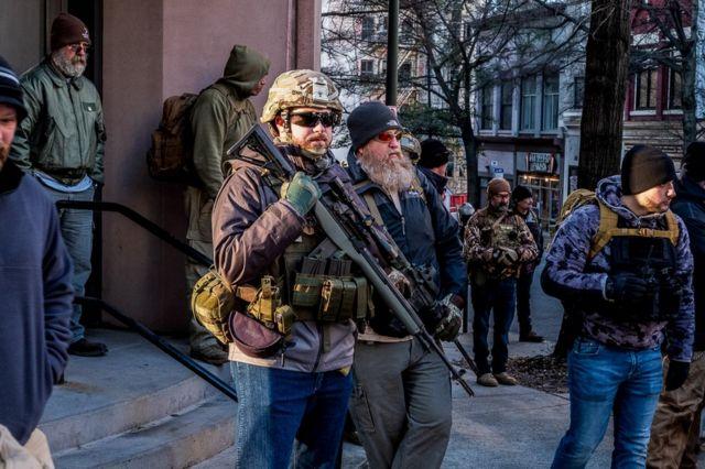 Las calles de Richmond estaban inundadas de armas durante la manifestación a favor de declarar al condado santuario de armas.