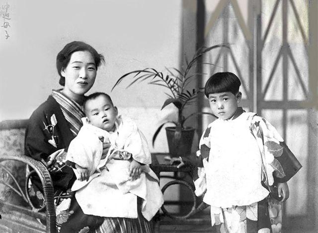 Emiko nos braços de sua mãe, Fuku Nakasako, com sua irmã Mieko