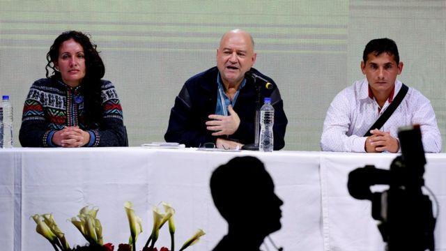 """Los dirigentes de las FARC Liliana Suarez (I), Julián Gallo Cubillos alias """"Carlos Antonio Lozada"""" (C) y Enrique Marulanda (D) comparecieron en rueda de prensa."""