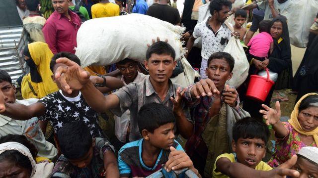 لاجئو الروهينجا ينتظرون المساعدات في مخيم في كناف على الحدود البنغالية البورمية