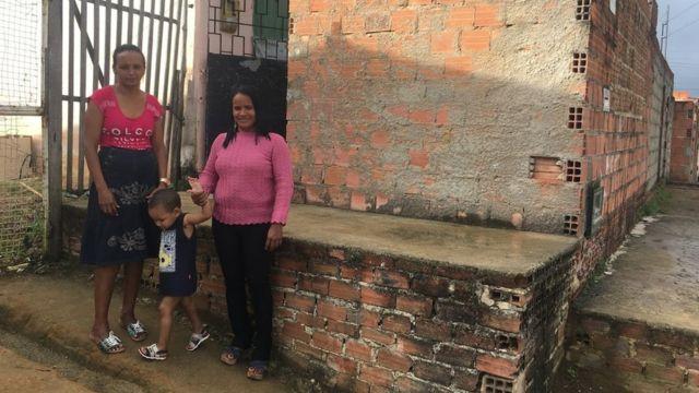 Maria com o neto Erik e Alessandra, presidente de associação de famílias com microcefalia