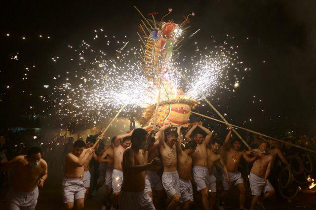 တရုတ်နိုင်ငံ ဂွမ်ဒေါင်း ခရိုင်မှာ ရိုးရာပွဲတော်တခုမှာ ဒေသခံတွေ မီးနဂါးအကနဲ့ ဖျော်ဖြေနေတာ ဖြစ်ပါတယ်။