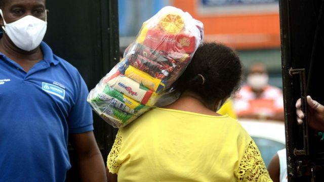 Distribuição de cestas básicas no município do Rio