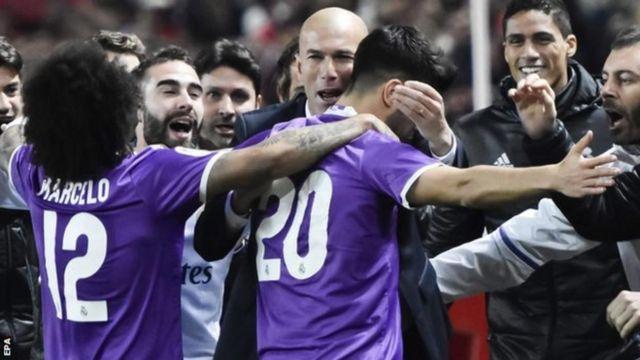 Abakinyi ba Real Madrid bariko baragwana mu nda n'umumenyereza inyuma yo kunganya na Seville ibitego 3-3