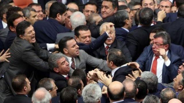 Cümhuriyyət Xalq Partiyası millət vəkillərinin tribunanı çevrəyə alaraq etiraz etməsindən sonra deputatlar arasında daha bir qalmaqal baş verib