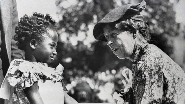 Menina Geraldine Walker em foto com a então primeira-dama dos EUA Eleanor Roosevelt em 1935