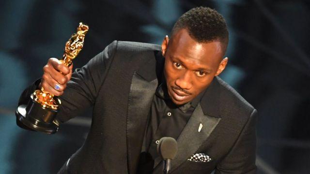 Mahershala Ali recibe su Oscar