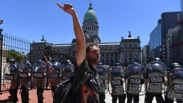 Protesta afuera del Congreso el lunes