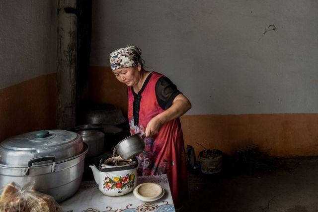 Gulzira Auelkhan pha trà tại nhà trong ngôi làng của mình. Bà bị giam 18 tháng