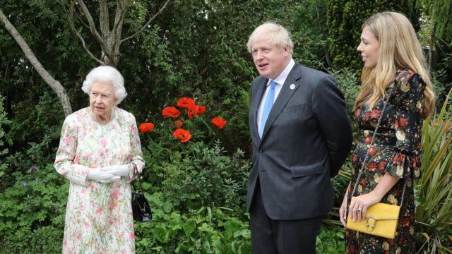 الملكة اليزابيث مع برويس جونسون وزوجته كاري