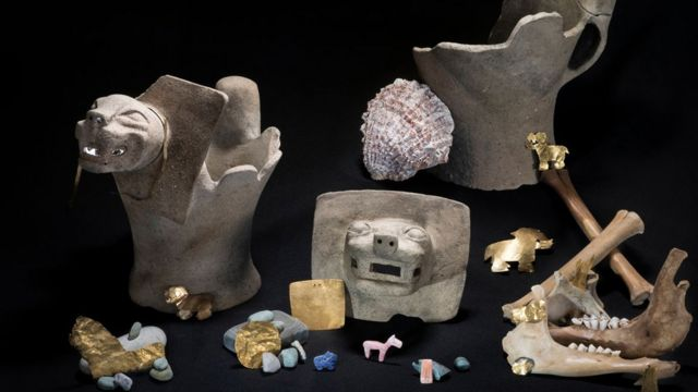 Objetos hallados cerca de la Isla del Sol, incluyendo tallados en oro y restos de llamas probablemente sacrificadas
