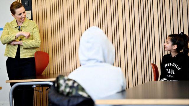 Crianças sendo recebidas pela premiê dinamarquesa na volta às aulas