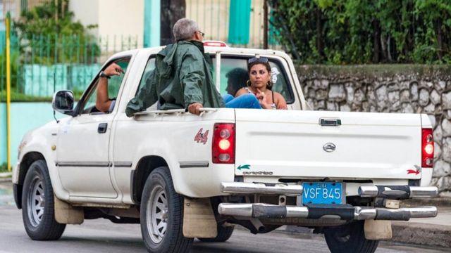 Кубинцам, которым посчастливилось водить грузовик или автобус, предписывается подбирать тех, кто голосует на дороге