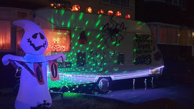 تزيين الحافلة في احتفالات هالوين