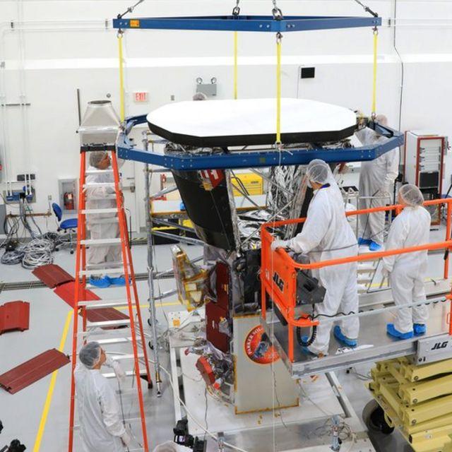 Ingenieros colocando el escudo protector sobre la sonda solar Parker