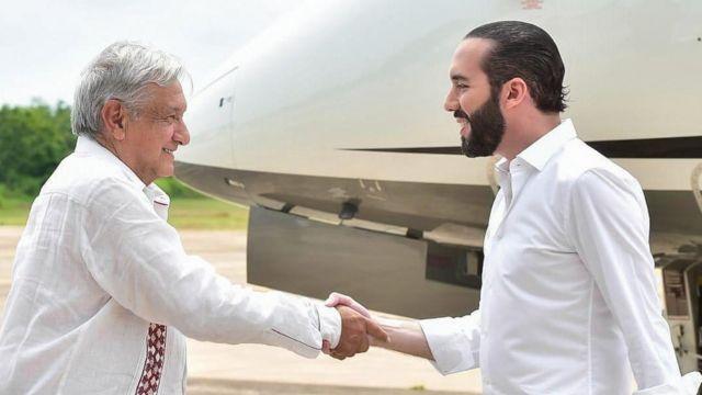 López Obrador y Bukele se saludan