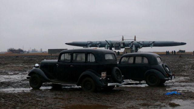 Стара автівка на летовищі