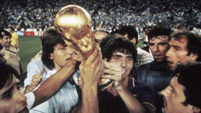 Equipo italiano alza la copa tras ganar el Mundial de España 82