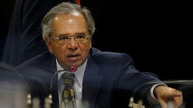 O ministro da Economia, Paulo Guedes, fala no microfone em reunião com congressistas do PSL