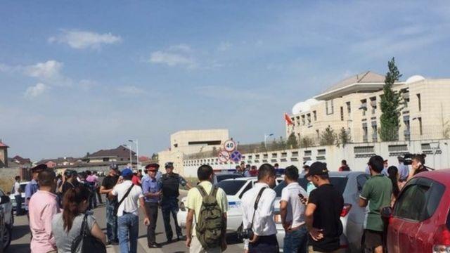 避難した中国大使館の職員(30日)