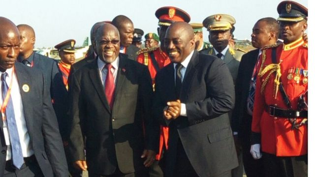 Rais Joseph kabila wa DRC akipokewa na mwenyeji wake rais John Pombe Magufuli wa Tanzania alipoanza ziara ya siku tatau nchini humo