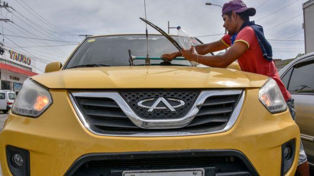 Venezolano lavando un auto