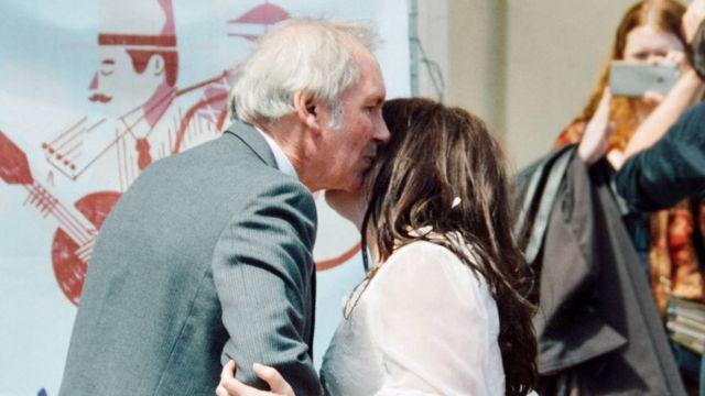 Софи Таннер с отцом на брачной церемонии