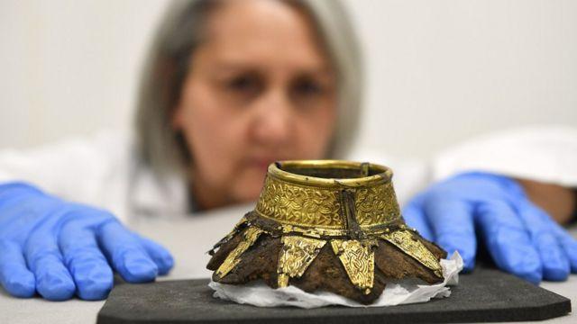 Una investigadora analiza uno de los objetos encontrados