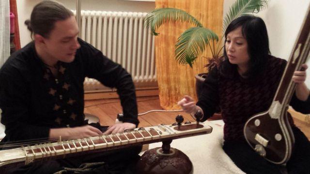 Bà Trần Phương Hoa dạy nhạc cụ dân tộc Việt Nam tại Berlin.