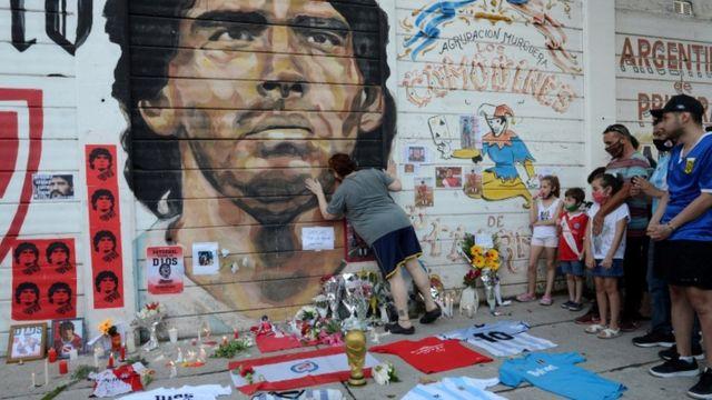 Seguidores de Diego Maradona fuera del estadio Diego Maradona, sede de Argentinos Juniors.