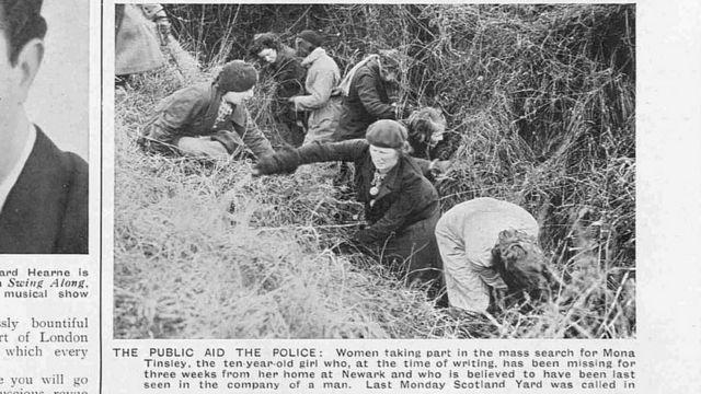 Mujeres buscando en un canal