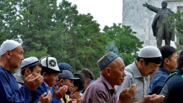 Киргизия, молитва на фоне памятника Ленину