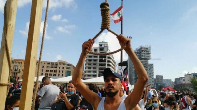 معترضان به نشانه خشم از مقامها طناب دار را آماده کرده و بر مجازات آنها اصرار دارند