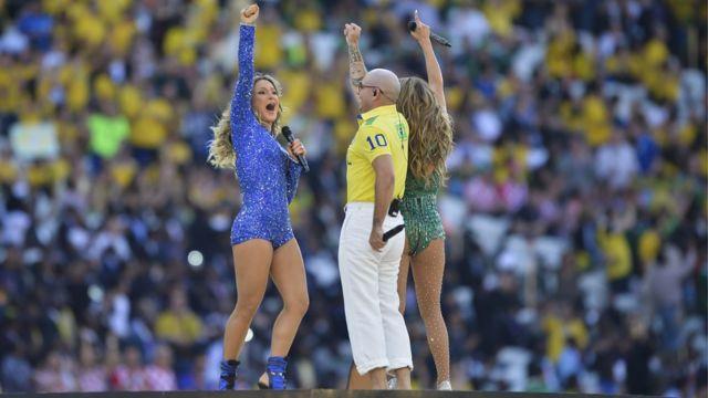 Claudia Leitte, Pitbull e Jennifer Lopez na abertura da Copa de 2014