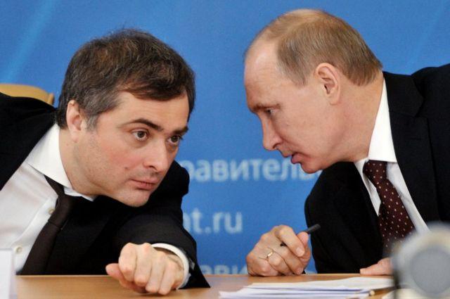 Vladislav Surkov (izq) con Vladimir Putin en 2012